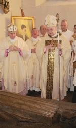 Dovadola-il-cardinal-Comastri-sulla-tomba-di-Benedetta