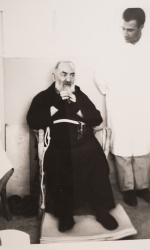 Il dottor Scarale, giovane medico, accanto a Padre Pio