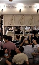 L'urna contenente il corpo di Padrte Pio, attorniata da fedeli