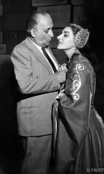 Maria Callas durante le prove di un'opera alla Scala, si intrattiene con il marito