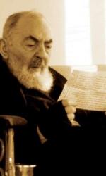 Padre Pio legge una lettera