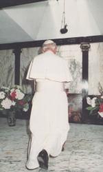 Giovanni Paolo II prega sulla tomba di Pier Giorgio Frassati