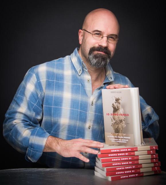 Roberto Allegri, giornalista e scrittore, con il suo ultimo libro.